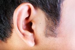 Ein Tragus-Piercing braucht bis zu einem Jahr, bis es vollständig abgeheilt ist.