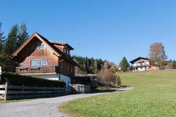 Viele Hütten entlang der Wanderwege in den Alpen.