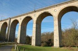 Auch solche Brücken können Sie für die Gartenbahn bauen.