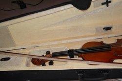 Noten und Anweisungen bestimmen das Geigespielen.