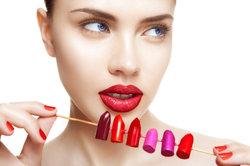 Ein Lippenstift wertet jedes Outfit auf.
