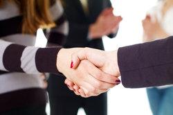 Bei GmbH-Gründung braucht es einen Vertrag, ein Handschlag reicht nicht aus.
