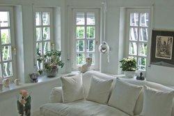Helle Farben und Möbel lassen den Raum optisch größer wirken.