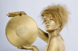 In welcher Form eine goldene Schallplatte verliehen wird, ist nicht vorgegeben.
