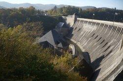 """Staumauern """"erzeugen"""" potenzielle Energie - hier der Edersee."""