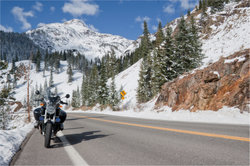 Spikes ermöglichen es, mit dem Motorrad auf dem Schnee zu fahren.