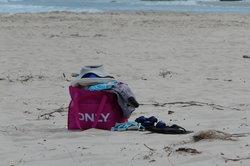 Packen Sie die Strandtasche sorgfältig.