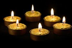 Auch goldene Kerzen gehören zur Olymp-Dekoration.
