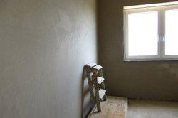 Wände müssen vor dem Verputzen sauber, glatt und trocken sein.