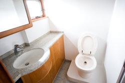 Bordtoilette mit Fäkalientank ausgerüstet.