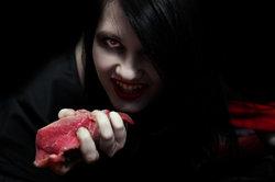Das Vampir-Make-up darf gruselig sein.