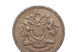 Die 1-Pfund-Münze ist deutlich als Legierung zu erkennen.