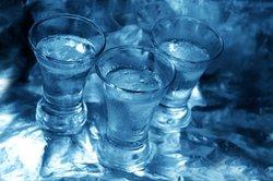 Bei der Wodkaherstellung wird reiner Alkohol mit Wasser verdünnt.