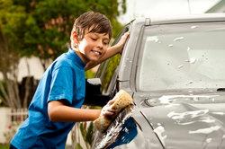 Das Auto vor dem Polieren waschen
