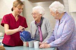 Altenpflegehelfer helfen bei der Betreuung älterer Menschen.