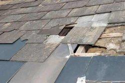 Decken Sie schräge Dächer mit Bitumenschindeln.