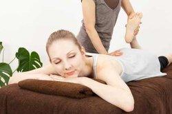 Auch Massagen helfen bei Rückenschmerzen.