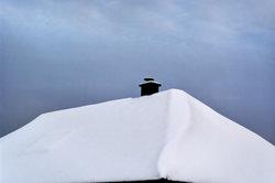 Ein solches Schneebrett sollte nicht auf einen belebten Gehweg abrutschen.