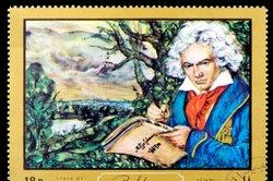 Beethoven war meist mit weißer Bluse und rotem Tuch gekleidet.