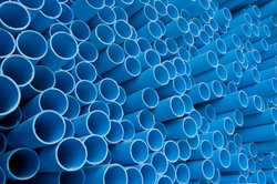 Im Unterschied zu normalen Wasserrohren besitzen PVC-Drainagerohre Löcher. oder Schlitze