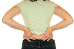 Überlasteten Muskeln kann man mit Sitzfitness vorbeugen.