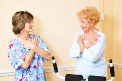 Arzthelferinnen kümmern sich auch um Patienten.