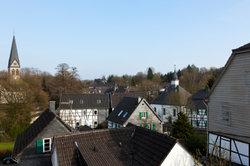 """Fachwerkhäuser und das """"Zwilling""""-Werk gehören zu Solingen."""