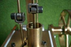 Kolbenstangen von Verdrängerkolben und Arbeitskolben eines Heißluftmotors