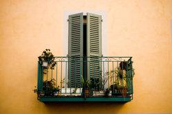 Ohnen Balkon-Verkleidungen haben neugierige Blicke freie Bahn.