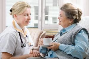 Als Altenpflegehelfer werden Sie pflegen und betreuen.