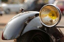 Ein alter Peugeot mit gelben Scheinwerfern