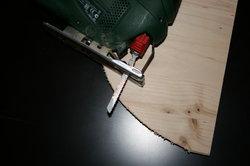 Mit der Stichsäge ist das Pult schnell zugesägt.