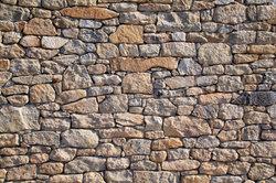 Eine Natursteinmauer mit großem Mauersteinen lässt sich relativ unproblematisch errichten.