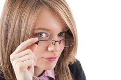 Auch eine Brille kann sehr charmant wirken.