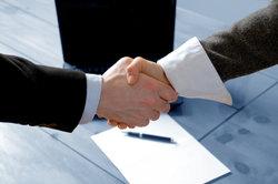 Die Tarifpartner besiegeln den Tarifvertrag für Kraftfahrer mit Handschlag.