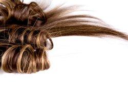 Nach einem Sommer haben helle Haare immer verschieden farbige Strähnen.