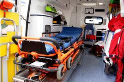 Rettungssanitäter fahren mit dem Rettungswagen zu Notfällen.