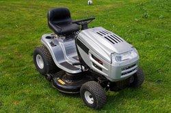 Mit einem Aufsitzmäher den Rasen mähen