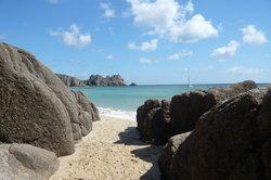 Das milde Klima und das türkise Meer in Cornwall laden zum Urlaub machen ein.