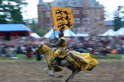 Ritterspiele bereichern ein Mittelalter-Lager.