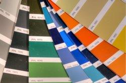 Auch hellgraue Wandfarbe kann sehr effektvoll sein.