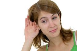 Der idiopathische Hörsturz ist mit einseitiger Schwerhörigkeit verbunden.