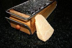 Bereiten Sie Low Carb Chips mit Käse zu.