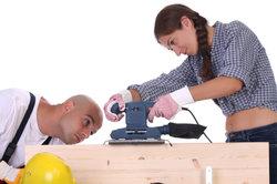 Als Holzingenieur beaufsichtigen Sie Personal und kontrollieren Fertigungsvorgänge.