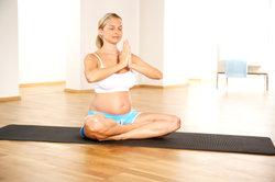 Yoga kann einen reibungslosen Verlauf der Schwangerschaft unterstützen.