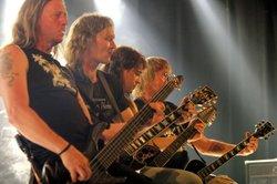 Heutzutage greifen auch viele Rockgitarristen zur Semiakustikgitarre, vorne im Bild ein Bass
