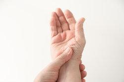 Die Fingergelenke schmerzen oft bei Rheuma.