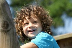 Ein Holzhaus im Garten freut Kinder.