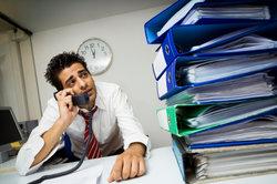 Auf Beamte warten nicht nur dicke Aktenberge, sondern auch günstige Kreditkonditionen.