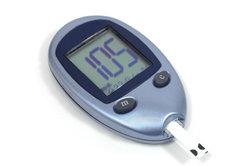 Der Blutzucker muss bei einem Diabetiker regelmäßig gemessen werden.